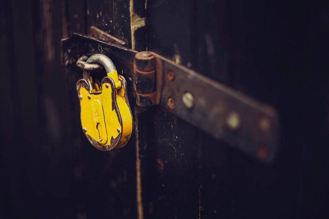 鍵がかかった扉